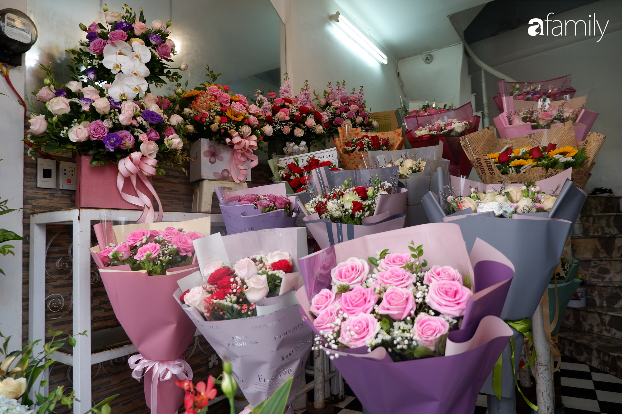 Ngày Lễ Tình Nhân: Các cửa hàng hoa đìu hiu khách, giá hoa tươi liên tục giảm vẫn không kích thích được người mua - Ảnh 7.