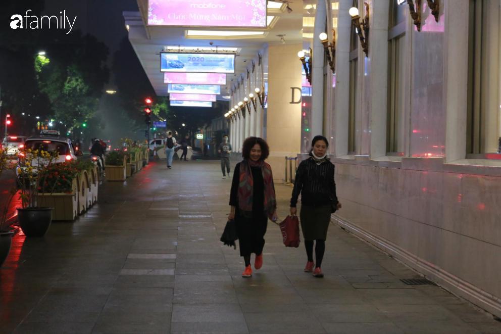 Từ đường phố đến các trung tâm thương mại vắng vẻ đến bất ngờ dịp Valentine - Ảnh 4.