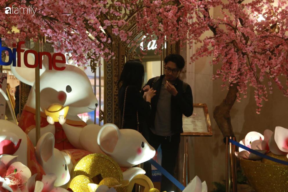 Từ đường phố đến các trung tâm thương mại vắng vẻ đến bất ngờ dịp Valentine - Ảnh 5.