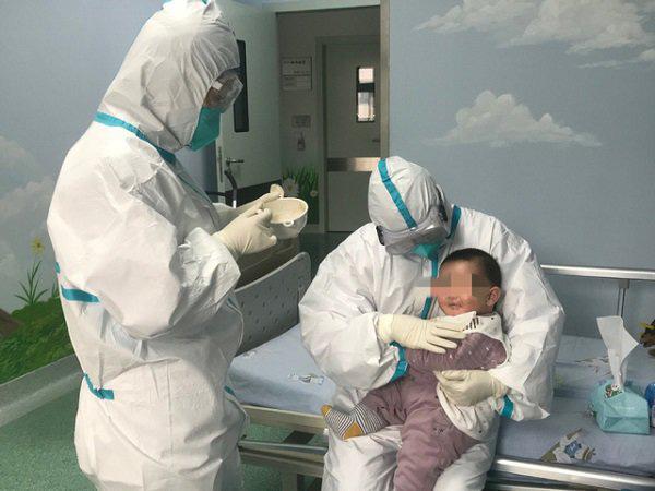 Bé 3 tháng tuổi dương tính Covid-19 ở Vĩnh Phúc được chuyển đến Bệnh viện Nhi trung ương - Ảnh 1.