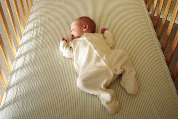 """Nôi ngủ chung giường cho bé – cứ tưởng là """"cứu cánh"""" cho bố mẹ nhưng lại ẩn chứa nhiều bất cập khôn lường - Ảnh 3."""