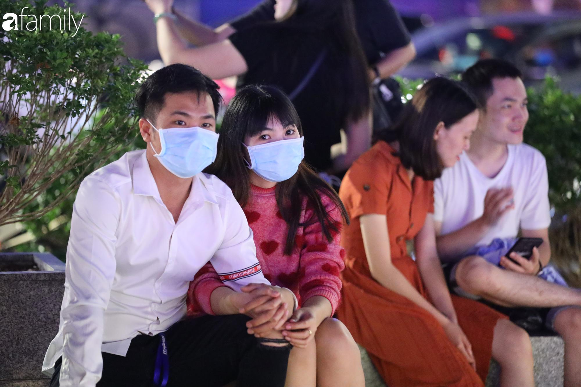 Valentine Hà Nội - Sài Gòn vắng vẻ đìu hiu vì dịch Corona, từ trung tâm thương mại đến phố phường đều ít bóng tình nhân đi chơi - Ảnh 7.
