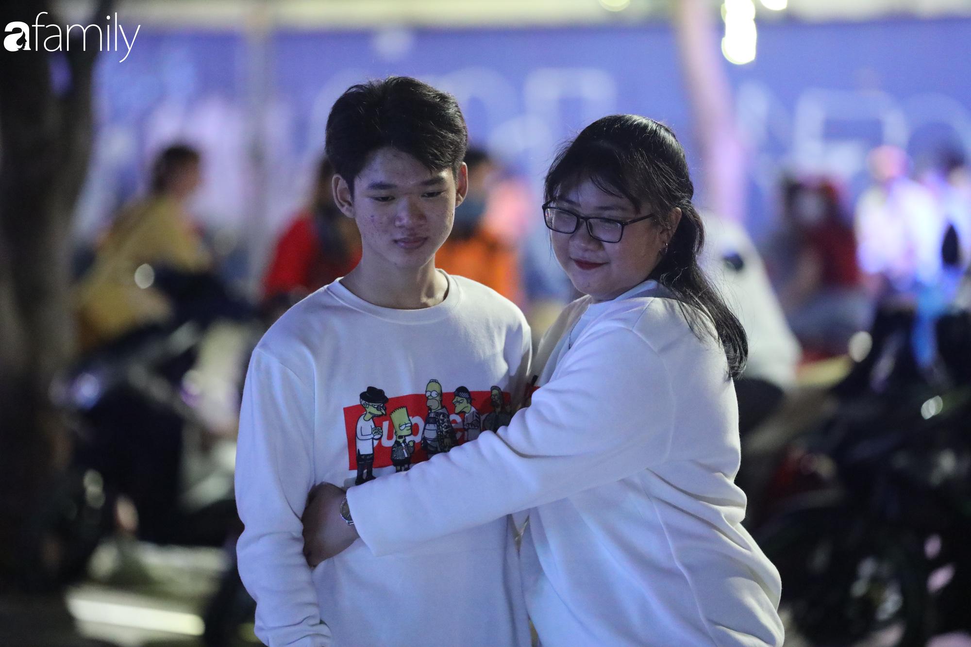 Valentine Hà Nội - Sài Gòn vắng vẻ đìu hiu vì dịch Corona, từ trung tâm thương mại đến phố phường đều ít bóng tình nhân đi chơi - Ảnh 13.