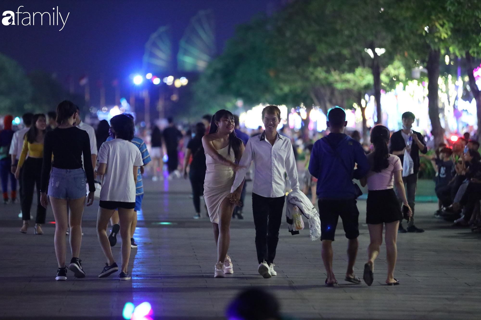 Valentine Hà Nội - Sài Gòn vắng vẻ đìu hiu vì dịch Corona, từ trung tâm thương mại đến phố phường đều ít bóng tình nhân đi chơi - Ảnh 15.