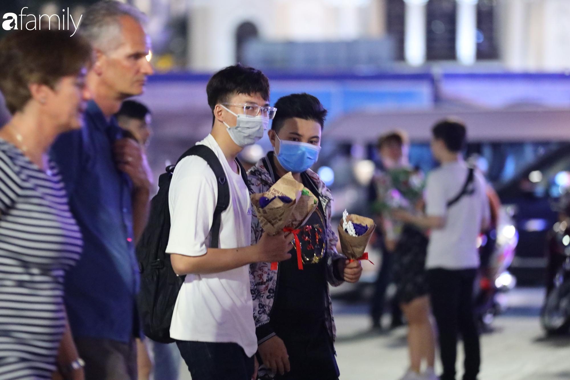 Valentine Hà Nội - Sài Gòn vắng vẻ đìu hiu vì dịch Corona, từ trung tâm thương mại đến phố phường đều ít bóng tình nhân đi chơi - Ảnh 16.