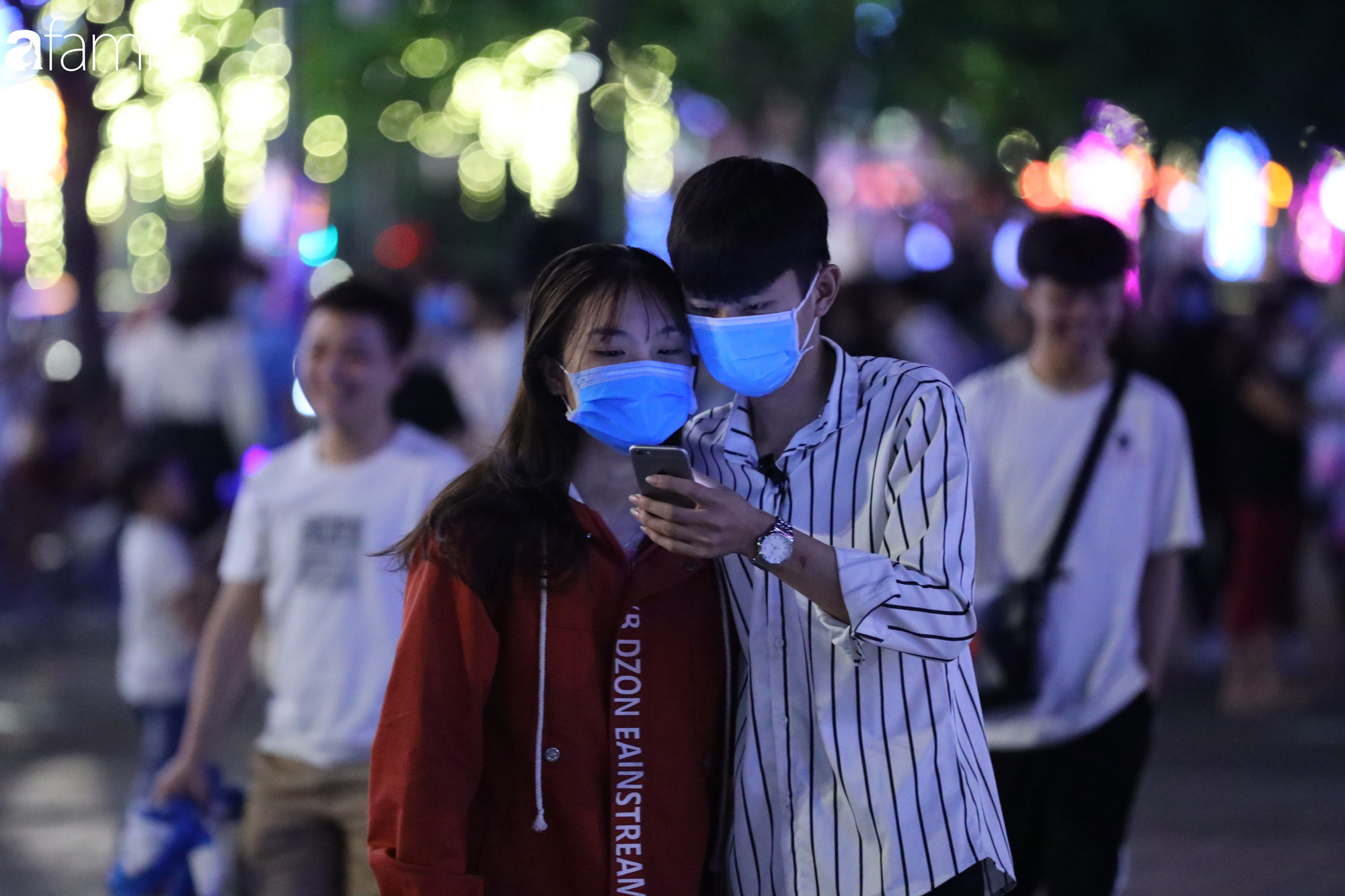 Valentine Hà Nội - Sài Gòn vắng vẻ đìu hiu vì dịch Corona, từ trung tâm thương mại đến phố phường đều ít bóng tình nhân đi chơi - Ảnh 8.