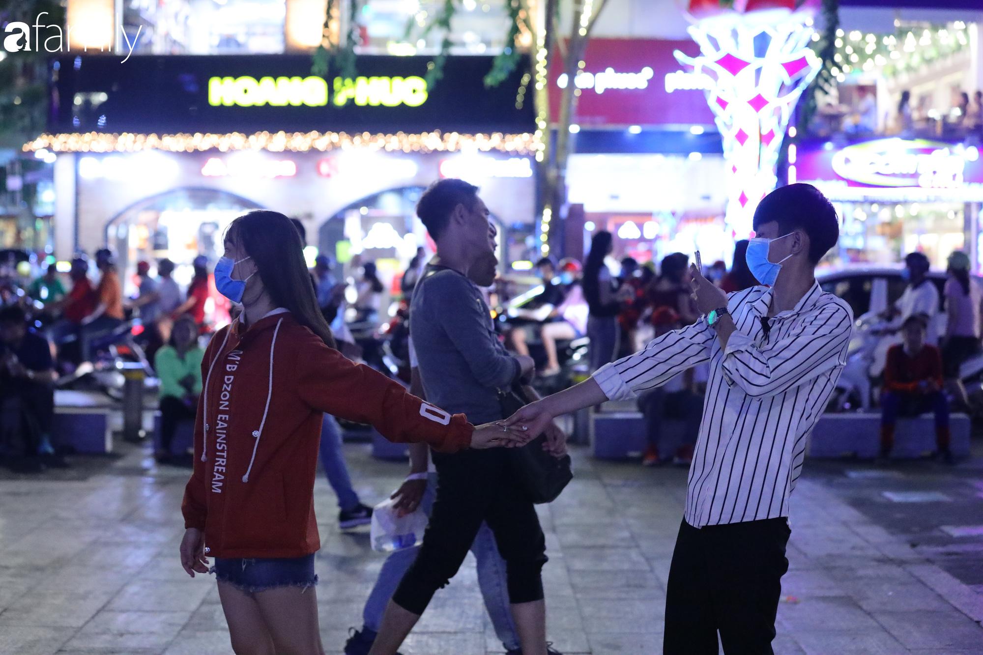 Valentine Hà Nội - Sài Gòn vắng vẻ đìu hiu vì dịch Corona, từ trung tâm thương mại đến phố phường đều ít bóng tình nhân đi chơi - Ảnh 9.