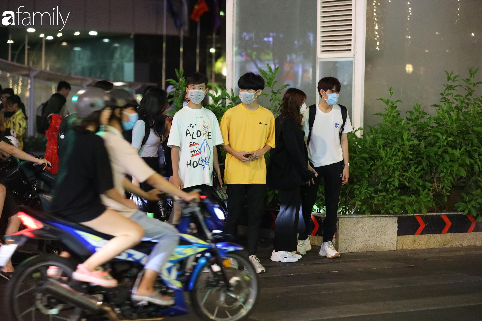 Valentine Hà Nội - Sài Gòn vắng vẻ đìu hiu vì dịch Corona, từ trung tâm thương mại đến phố phường đều ít bóng tình nhân đi chơi - Ảnh 17.