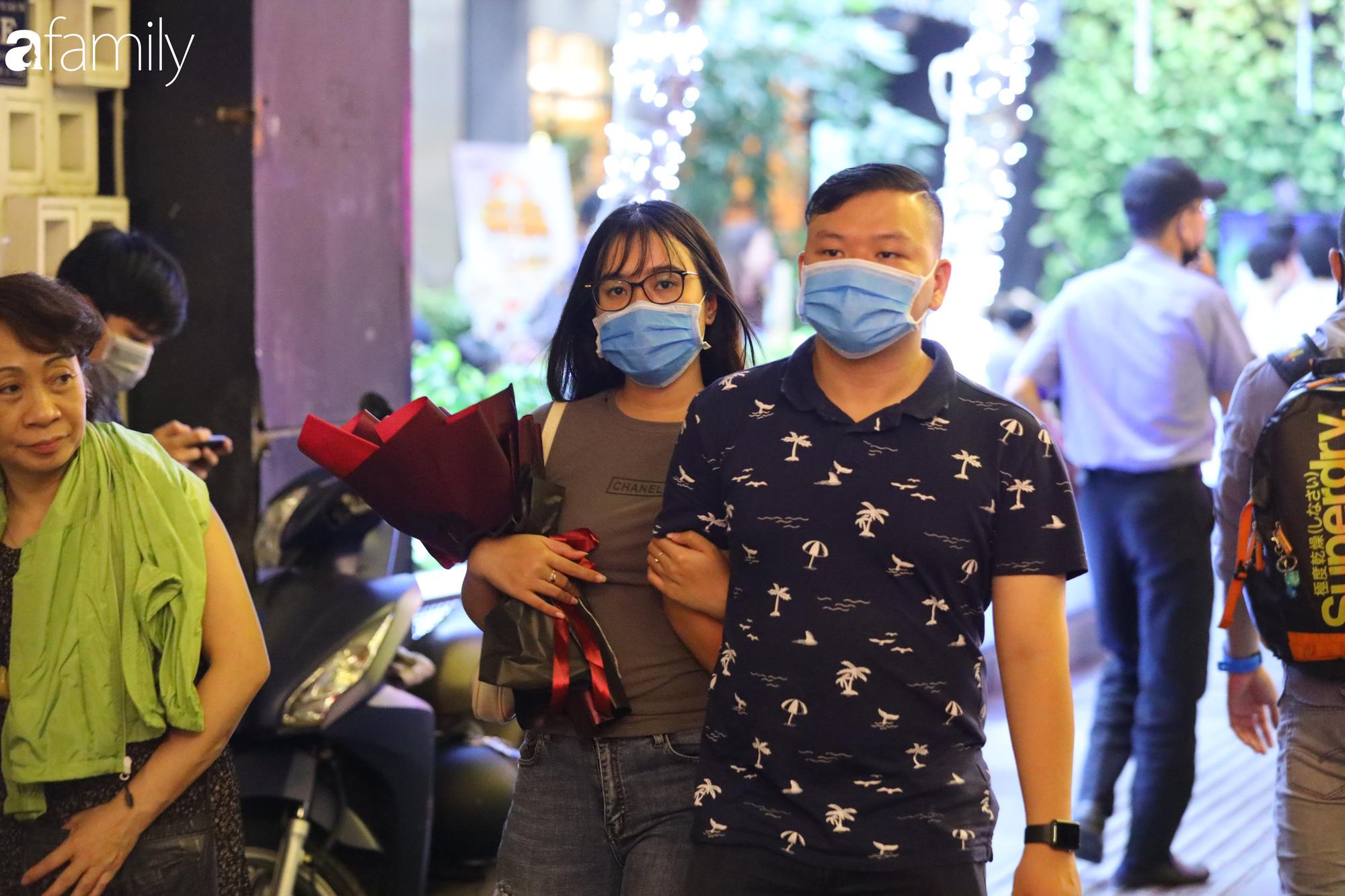 Valentine Hà Nội - Sài Gòn vắng vẻ đìu hiu vì dịch Corona, từ trung tâm thương mại đến phố phường đều ít bóng tình nhân đi chơi - Ảnh 10.