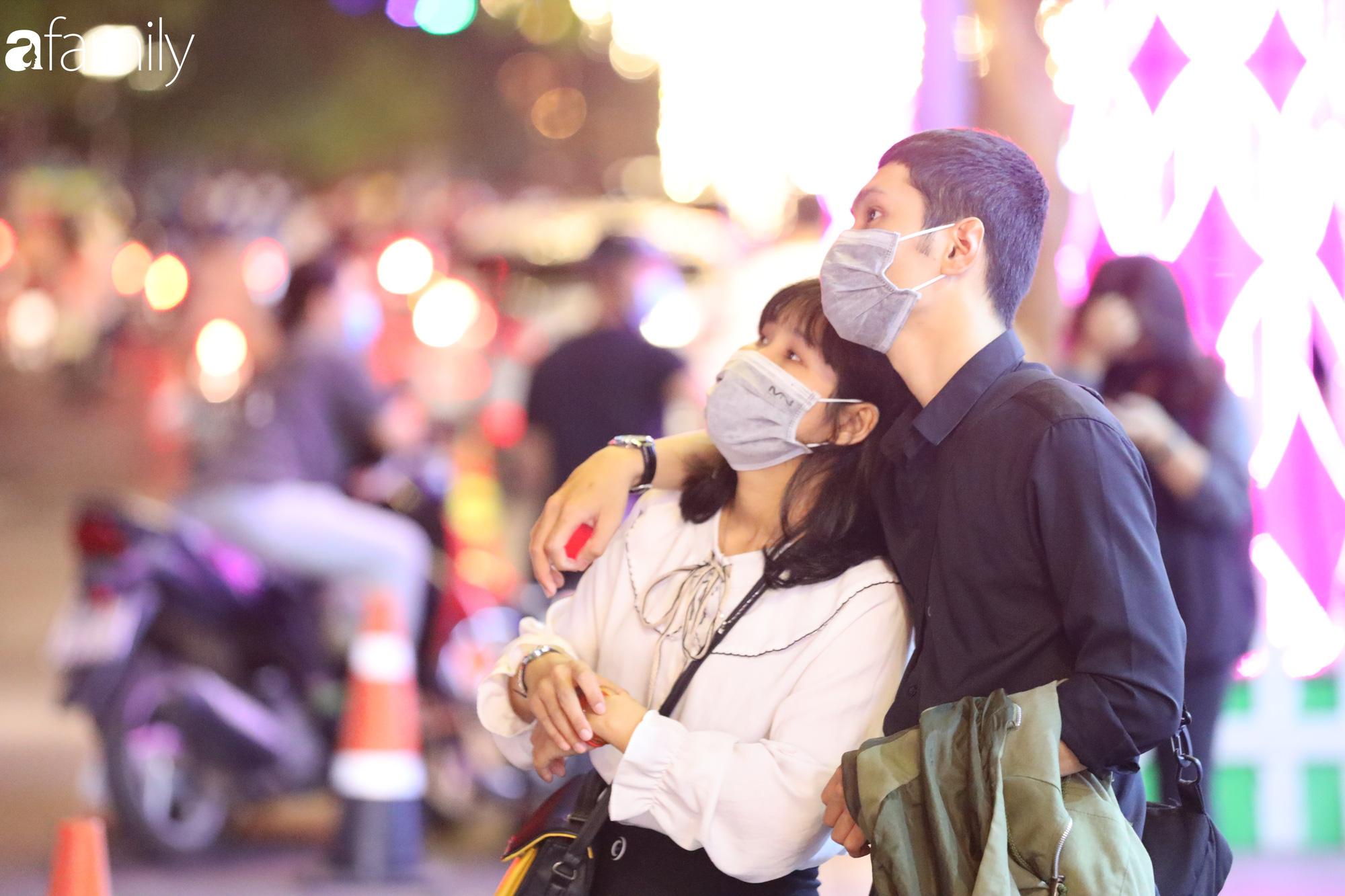 Valentine Hà Nội - Sài Gòn vắng vẻ đìu hiu vì dịch Corona, từ trung tâm thương mại đến phố phường đều ít bóng tình nhân đi chơi - Ảnh 11.