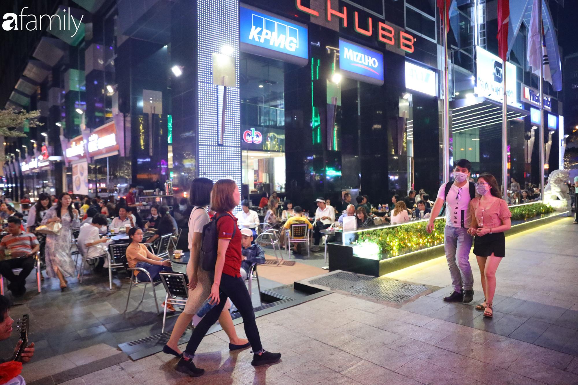 Valentine Hà Nội - Sài Gòn vắng vẻ đìu hiu vì dịch Corona, từ trung tâm thương mại đến phố phường đều ít bóng tình nhân đi chơi - Ảnh 18.