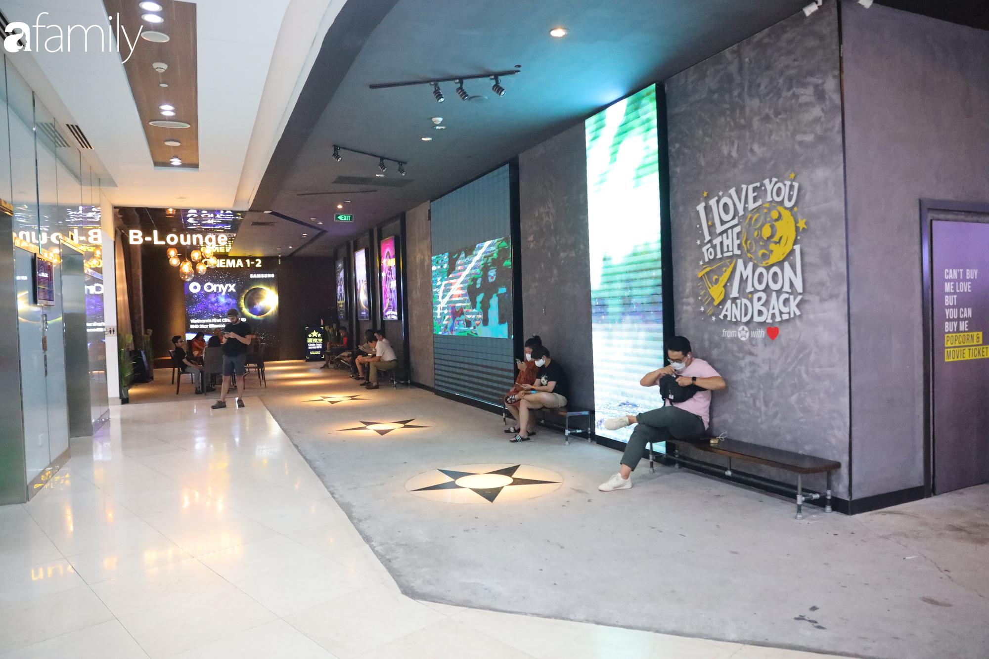 Valentine Hà Nội - Sài Gòn vắng vẻ đìu hiu vì dịch Corona, từ trung tâm thương mại đến phố phường đều ít bóng tình nhân đi chơi - Ảnh 20.