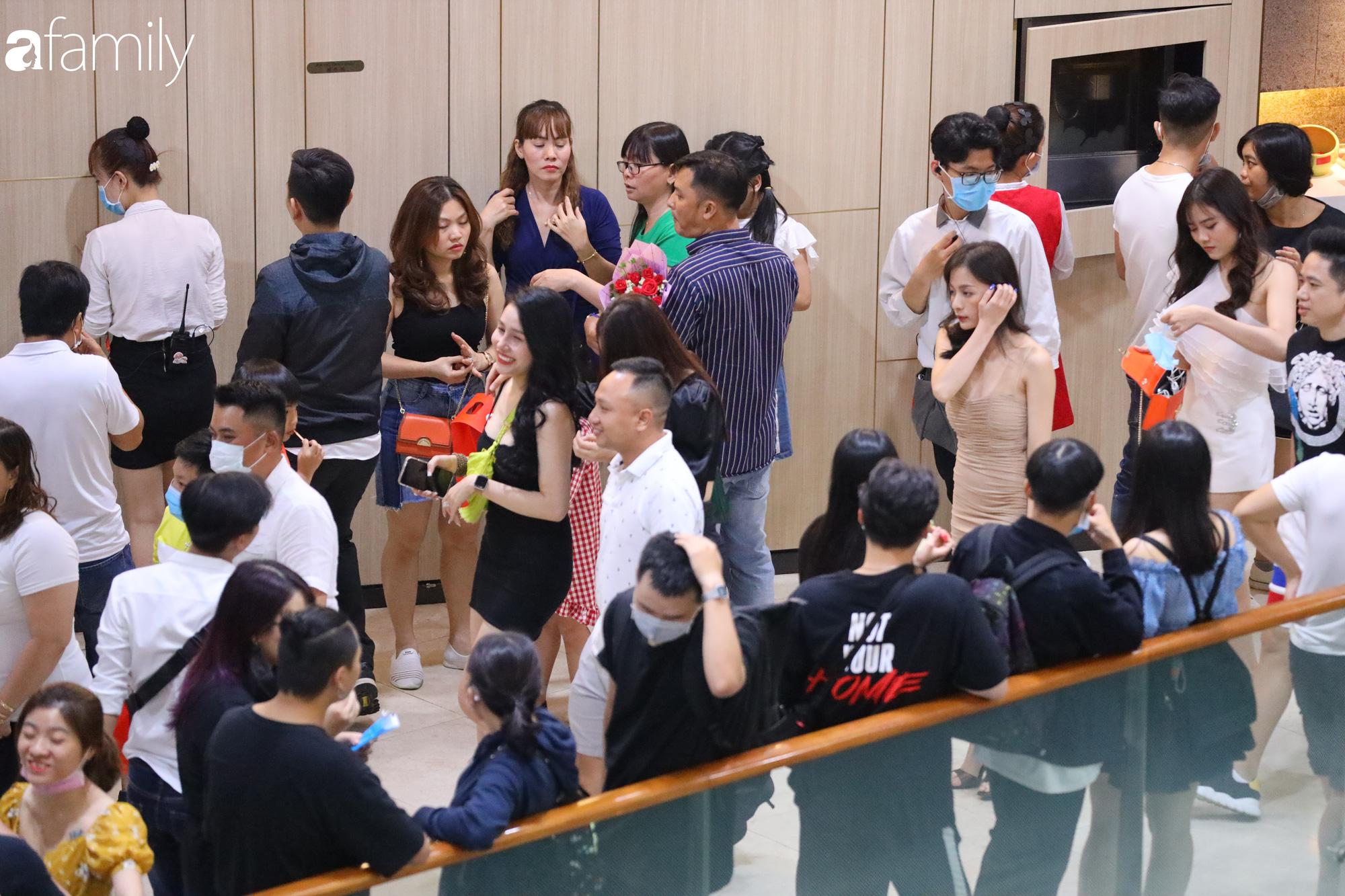 Valentine Hà Nội - Sài Gòn vắng vẻ đìu hiu vì dịch Corona, từ trung tâm thương mại đến phố phường đều ít bóng tình nhân đi chơi - Ảnh 22.