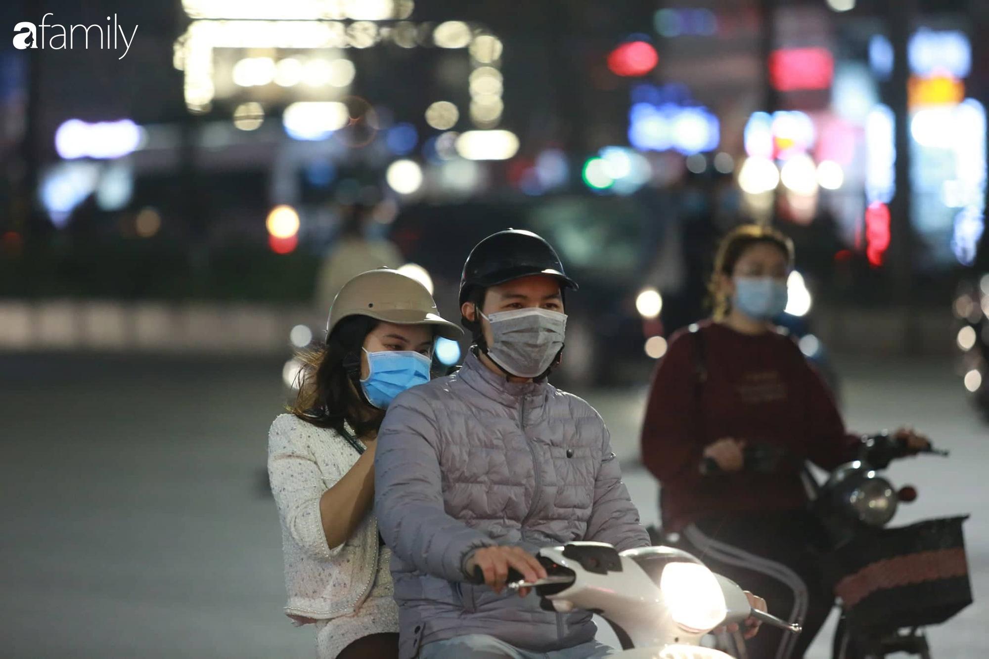 Valentine Hà Nội - Sài Gòn vắng vẻ đìu hiu vì dịch Corona, từ trung tâm thương mại đến phố phường đều ít bóng tình nhân đi chơi - Ảnh 3.