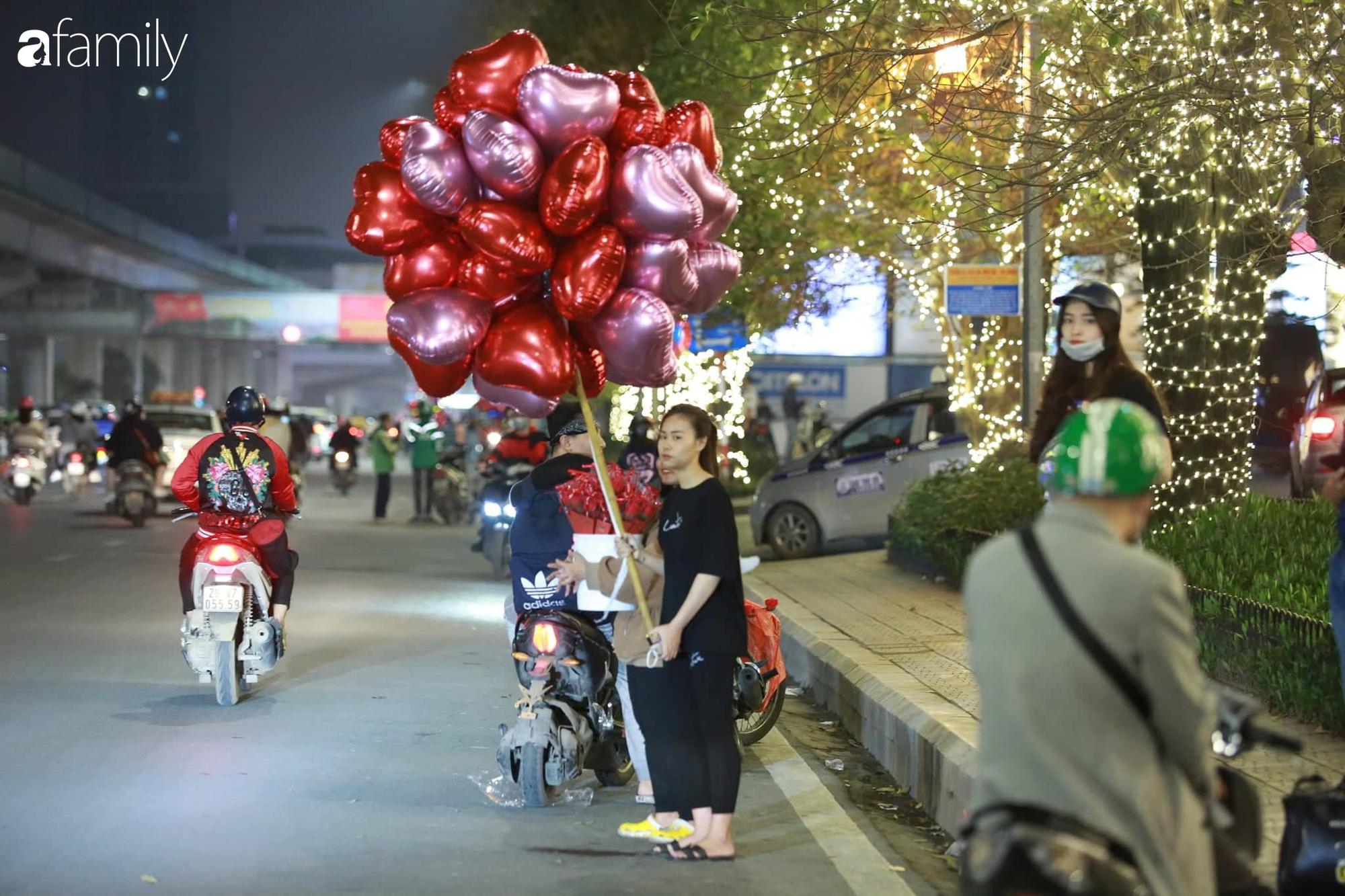 Valentine Hà Nội - Sài Gòn vắng vẻ đìu hiu vì dịch Corona, từ trung tâm thương mại đến phố phường đều ít bóng tình nhân đi chơi - Ảnh 4.