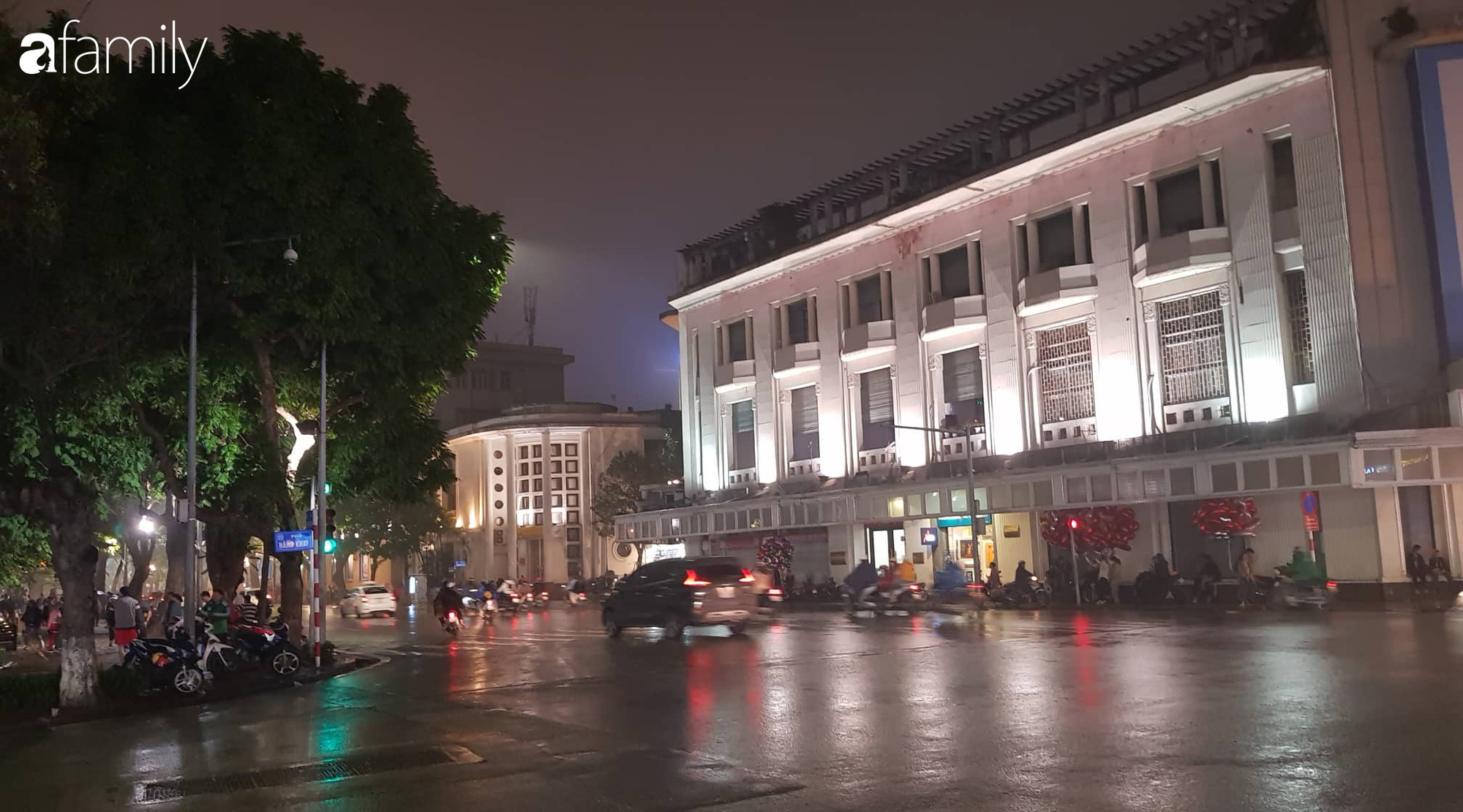Valentine Hà Nội - Sài Gòn vắng vẻ đìu hiu vì dịch Corona, từ trung tâm thương mại đến phố phường đều ít bóng tình nhân đi chơi - Ảnh 2.