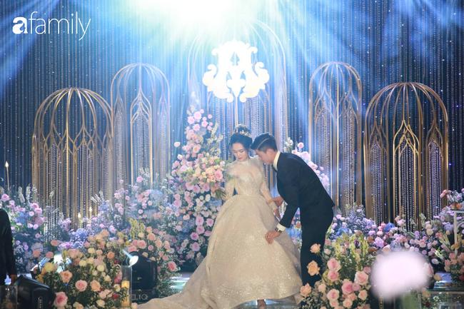 Váy cưới của Quỳnh Anh: Không phải vài trăm triệu mà những 1 tỉ đồng, nhưng trong mắt NTK bộ váy này là vô giá - Ảnh 1.