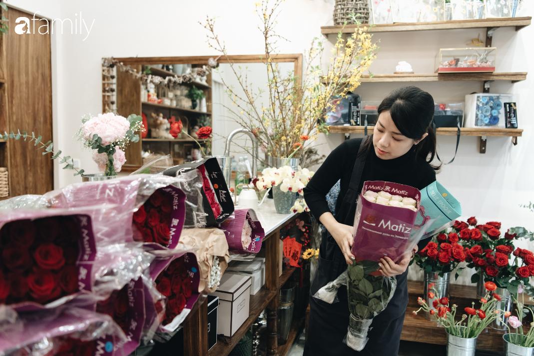 Giữa mùa dịch corona, hoa Valentine nhập khẩu vẫn đẹp ngây ngất kèm theo những món quà độc đáo xa xỉ dành riêng cho chị em - Ảnh 1.