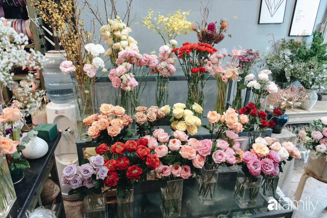 """Mãn nhãn với những mẫu hoa hồng nhập khẩu xa xỉ cực hot vào Valentine năm nay, dù giá đã tăng gấp 3 - 4 lần ngày thường nhưng """"các bạn nam vẫn chi rất mạnh tay"""" - Ảnh 16."""