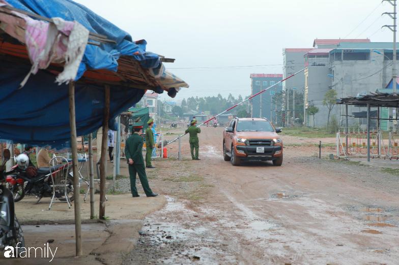 Cận cảnh quy trình kiểm soát ra vào tại địa phương cách ly đầu tiên của cả nước: Kiểm tra nghiêm ngặt, sẵn sàng cung cấp nhu yếu phẩm cần thiết - Ảnh 2.