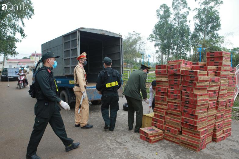Cận cảnh quy trình kiểm soát ra vào tại địa phương cách ly đầu tiên của cả nước: Kiểm tra nghiêm ngặt, sẵn sàng cung cấp nhu yếu phẩm cần thiết - Ảnh 14.