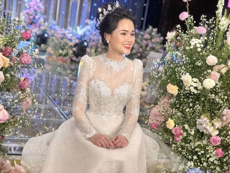 Váy cưới của Quỳnh Anh: Không phải vài trăm triệu mà những 1 tỉ đồng, nhưng trong mắt NTK bộ váy này là vô giá - Ảnh 9.