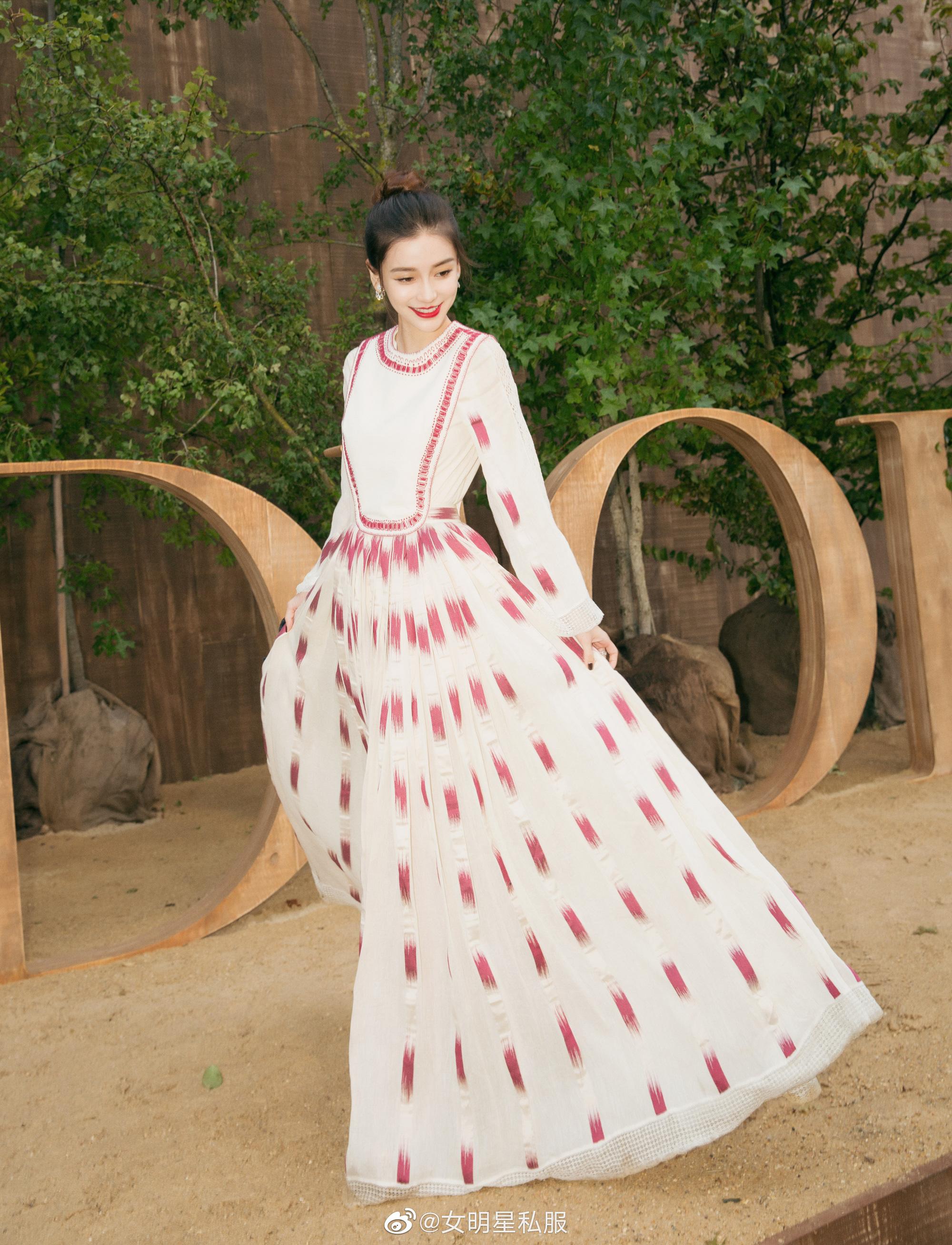 """Angela Baby cũng phải """"xin thua"""" Hoa hậu Hong Kong Viên Vịnh Nghi khi lệch gần 20 tuổi mà vẫn đẹp như tiên tử dù diện váy kín bưng - Ảnh 3."""