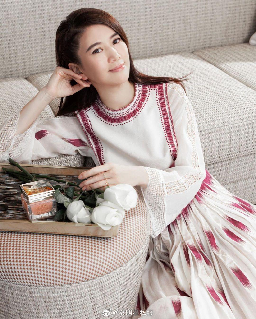 """Angela Baby cũng phải """"xin thua"""" Hoa hậu Hong Kong Viên Vịnh Nghi khi lệch gần 20 tuổi mà vẫn đẹp như tiên tử dù diện váy kín bưng - Ảnh 2."""