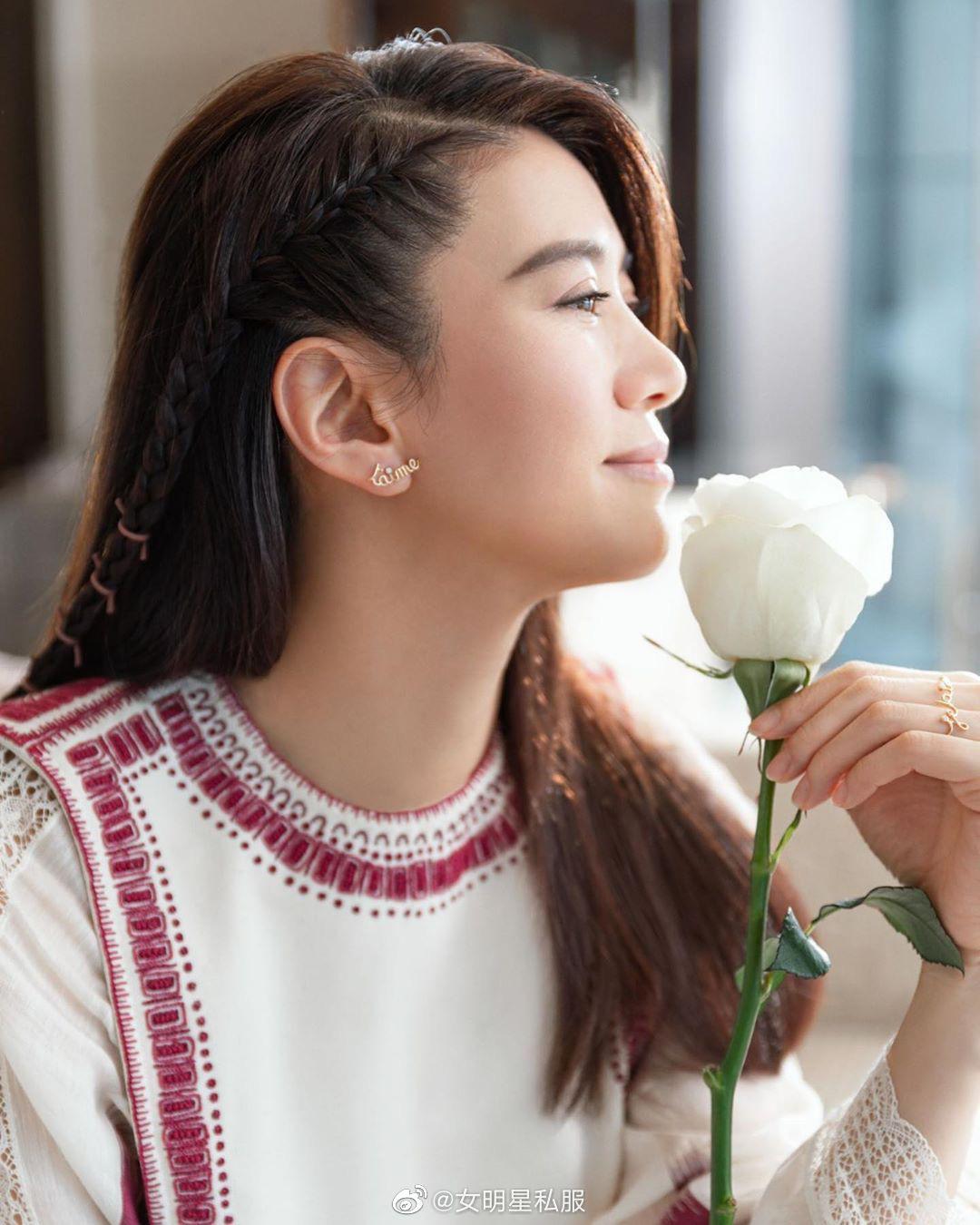 """Angela Baby cũng phải """"xin thua"""" Hoa hậu Hong Kong Viên Vịnh Nghi khi lệch gần 20 tuổi mà vẫn đẹp như tiên tử dù diện váy kín bưng - Ảnh 1."""