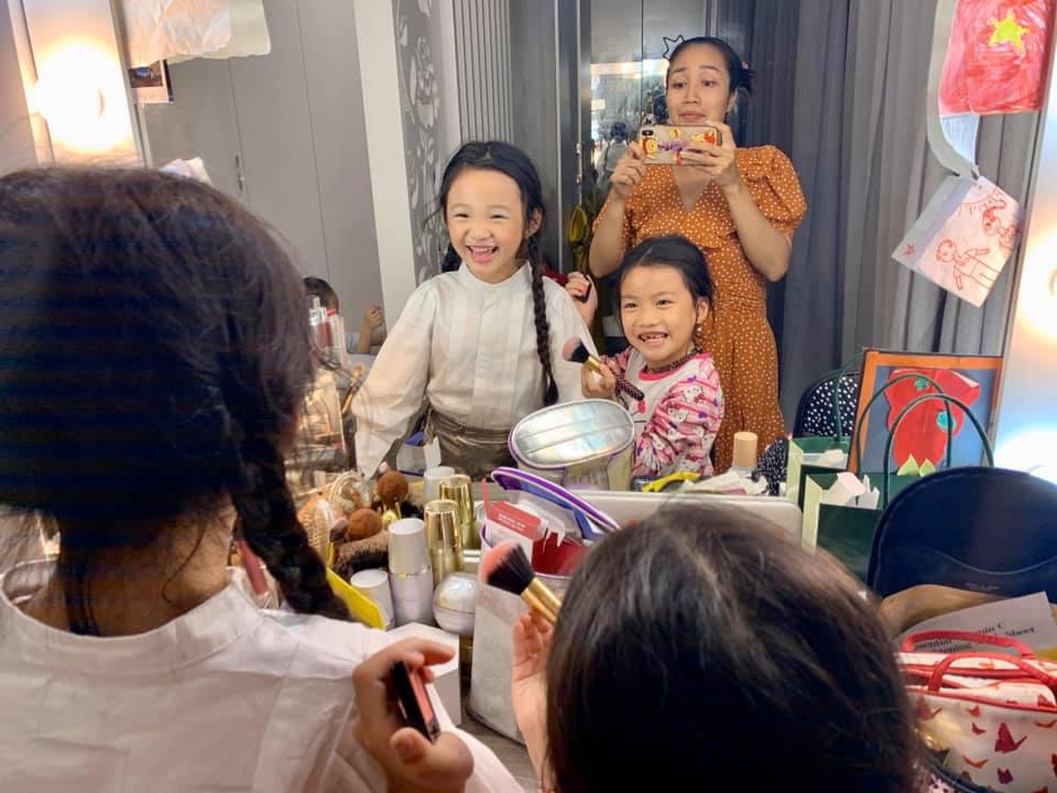 """Khoe con gái mới gần 7 tuổi đã biết trang điểm cực """"nghề"""", Ốc Thanh Vân nhanh trí nói thêm một điều không ai chê trách được - Ảnh 1."""