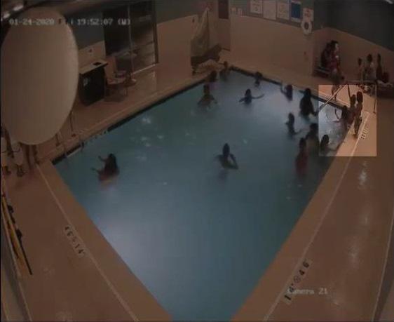 Bé trai 2 tuổi suýt chết đuối trong hồ bơi ở khách sạn dù mẹ ở ngay trong hồ bơi - Ảnh 1.