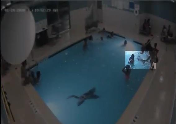 Bé trai 2 tuổi suýt chết đuối trong hồ bơi ở khách sạn dù mẹ ở ngay trong hồ bơi - Ảnh 3.