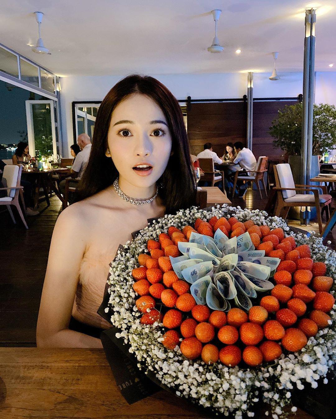 Hậu Valentine, sao Việt khoe quà khủng: Hoa ôm cả vòng tay không hết, không thiếu đồ hiệu, thậm chí có người còn được tặng xế hộp xa xỉ - Ảnh 6.