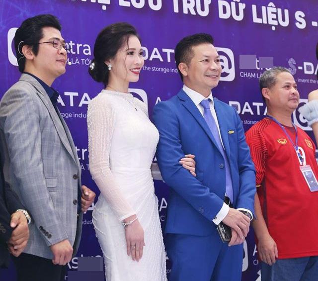 Đứng chung khung hình với Hoa hậu Lương Thùy Linh, bà xã Shark Hưng gây choáng vì vẻ đẹp lấn át - Ảnh 3.