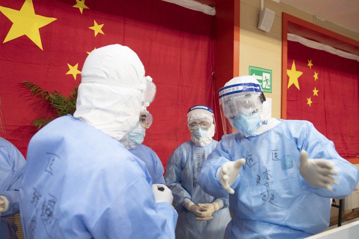 Trung Quốc báo cáo huyết tương của người từng nhiễm Covid-19 có thể chữa được virus - Ảnh 1.