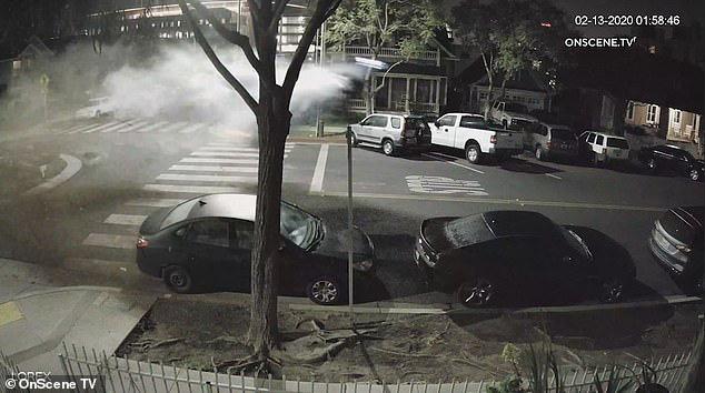 """Khoảnh khắc kịch tích như phim hành động: Nữ tài xế lái xe sang """"bay"""" qua vòng xuyến và điều kỳ diệu không ngờ đã xảy ra - Ảnh 5."""