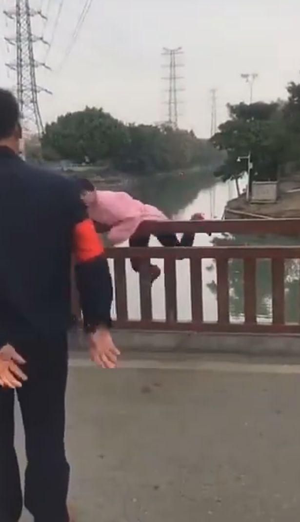 """Bị ngăn không cho qua cầu vì không đeo khẩu trang, người phụ nữ nhảy luôn xuống sông chống đối và cái kết """"ngượng chín mặt"""" - Ảnh 3."""