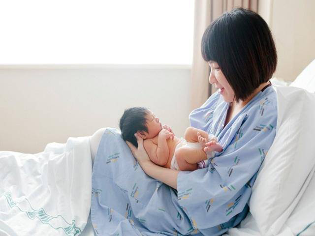 Trẻ sơ sinh vừa chào đời lập tức được mang đi: Bác sĩ sẽ làm gì với em bé trong 10 phút bí ẩn ấy? - Ảnh 2.