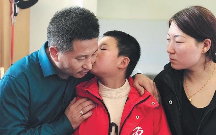 10 năm đi tìm con trai bị bắt cóc, người đàn ông đã đi qua hơn một nửa Trung Quốc và giúp đỡ 8 gia đình thất lạc người thân