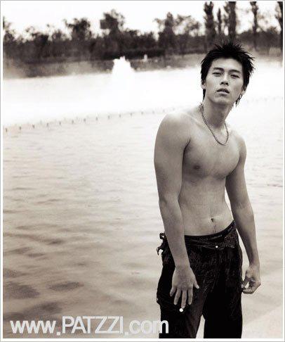 """Khi dân tình đang """"săn lùng"""" bằng chứng hẹn hò của Hyun Bin với Son Ye Jin thì """"fanti"""" lại đào mộ loạt ảnh mát mẻ khoe body siêu hài hước thế này  - Ảnh 9."""