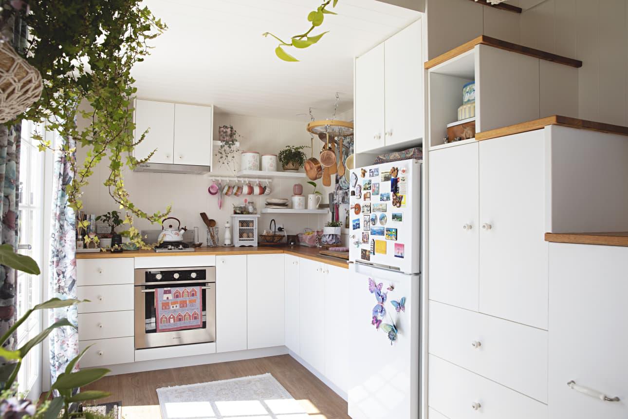 Ngôi nhà nhỏ được thiết kế theo phong cách Bohemian mang lại cảm giác rộng rãi nhờ ánh sáng và kệ lưu trữ thông minh - Ảnh 1.