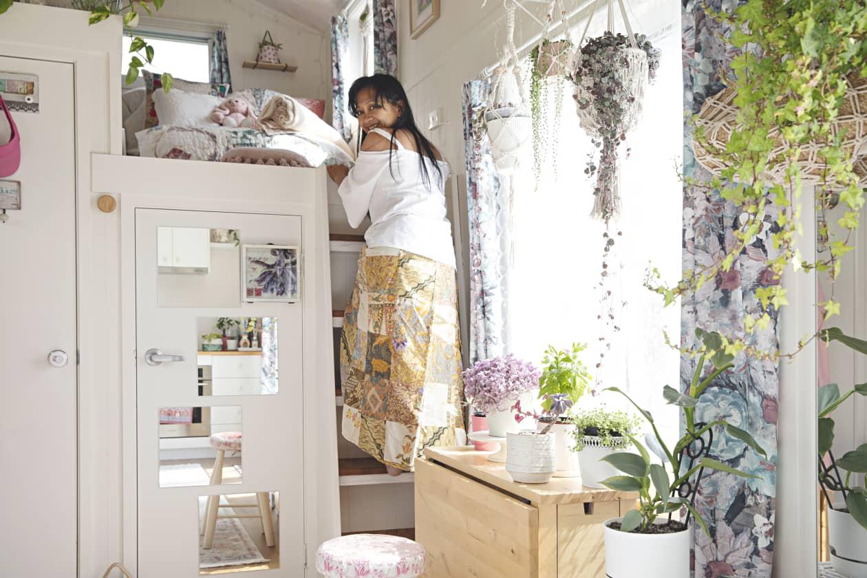 Ngôi nhà nhỏ được thiết kế theo phong cách Bohemian mang lại cảm giác rộng rãi nhờ ánh sáng và kệ lưu trữ thông minh - Ảnh 4.