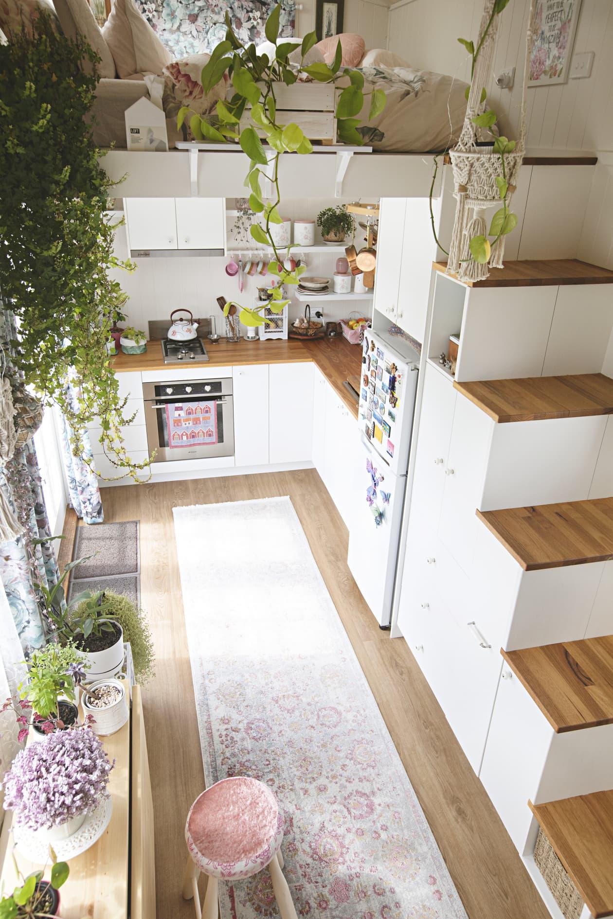 Ngôi nhà nhỏ được thiết kế theo phong cách Bohemian mang lại cảm giác rộng rãi nhờ ánh sáng và kệ lưu trữ thông minh - Ảnh 3.