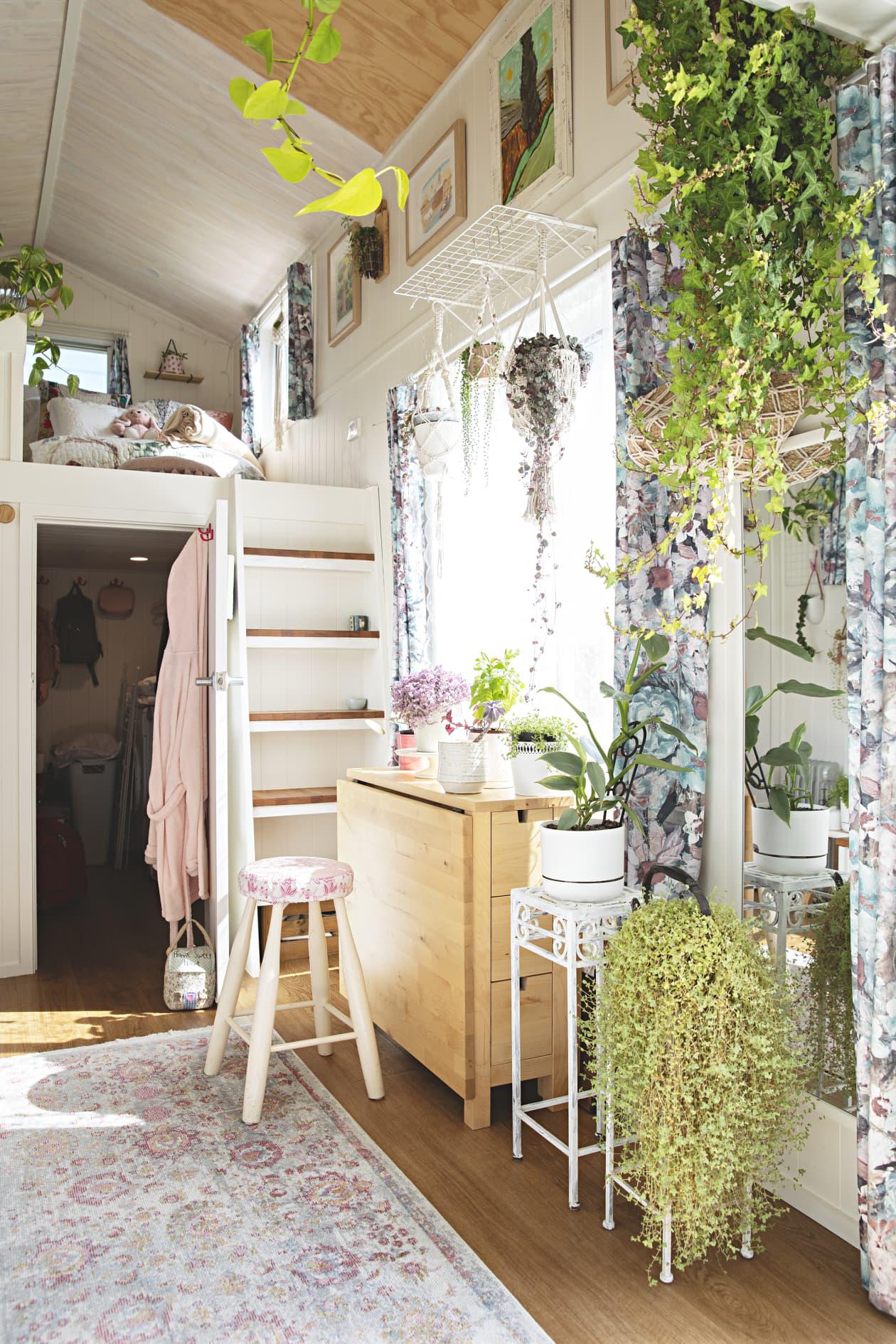 Ngôi nhà nhỏ được thiết kế theo phong cách Bohemian mang lại cảm giác rộng rãi nhờ ánh sáng và kệ lưu trữ thông minh - Ảnh 2.