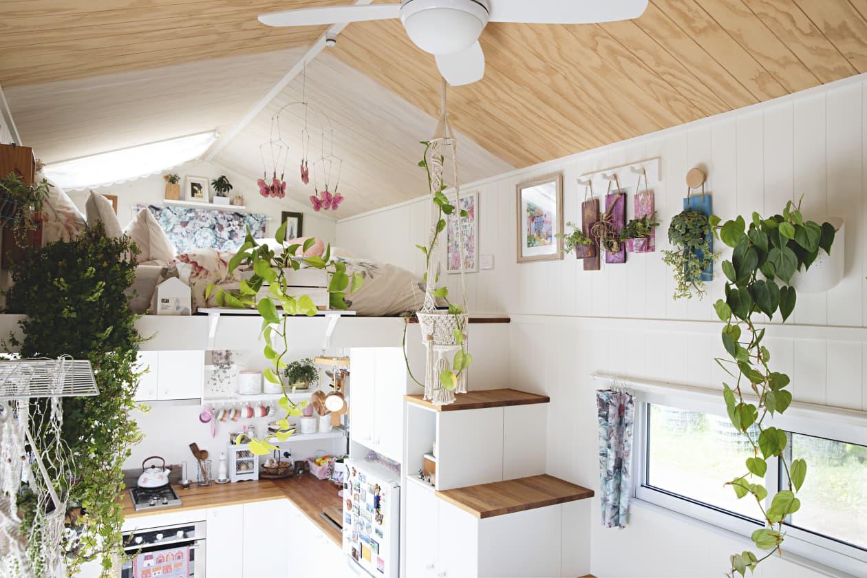 Ngôi nhà nhỏ được thiết kế theo phong cách Bohemian mang lại cảm giác rộng rãi nhờ ánh sáng và kệ lưu trữ thông minh - Ảnh 5.