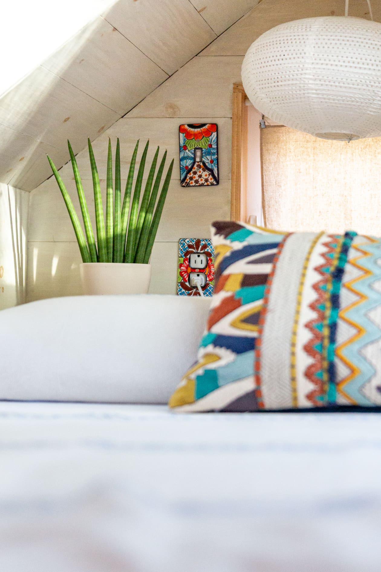 Thiết kế nhà nhỏ 44m2 theo phong cách Scandinavia, màu sắc tươi sáng lấy cảm hứng từ nghệ thuật truyền thống Mexico, dệt may, và gốm sứ tuyệt đẹp - Ảnh 4.