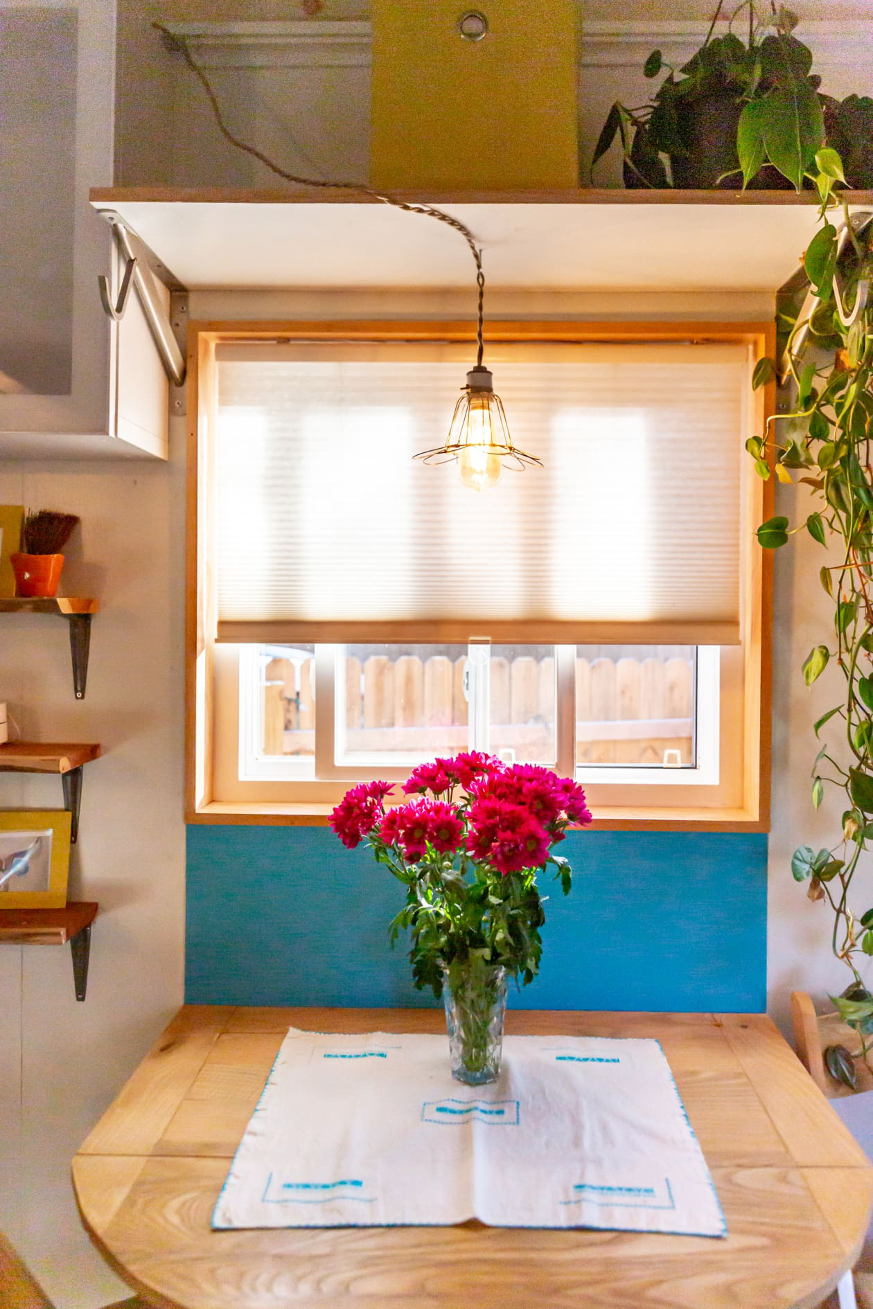 Thiết kế nhà nhỏ 44m2 theo phong cách Scandinavia, màu sắc tươi sáng lấy cảm hứng từ nghệ thuật truyền thống Mexico, dệt may, và gốm sứ tuyệt đẹp - Ảnh 2.