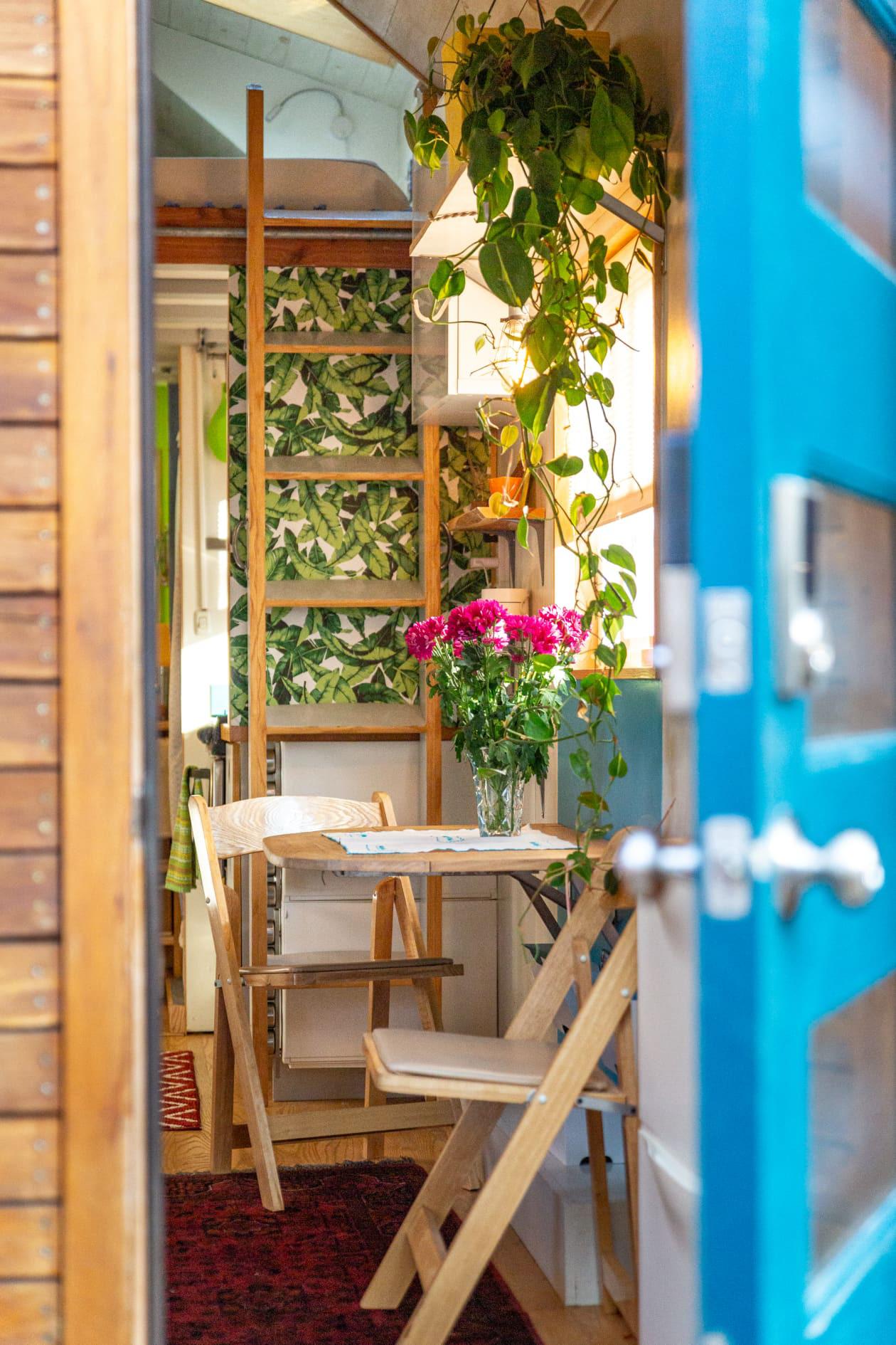 Thiết kế nhà nhỏ 44m2 theo phong cách Scandinavia, màu sắc tươi sáng lấy cảm hứng từ nghệ thuật truyền thống Mexico, dệt may, và gốm sứ tuyệt đẹp - Ảnh 1.