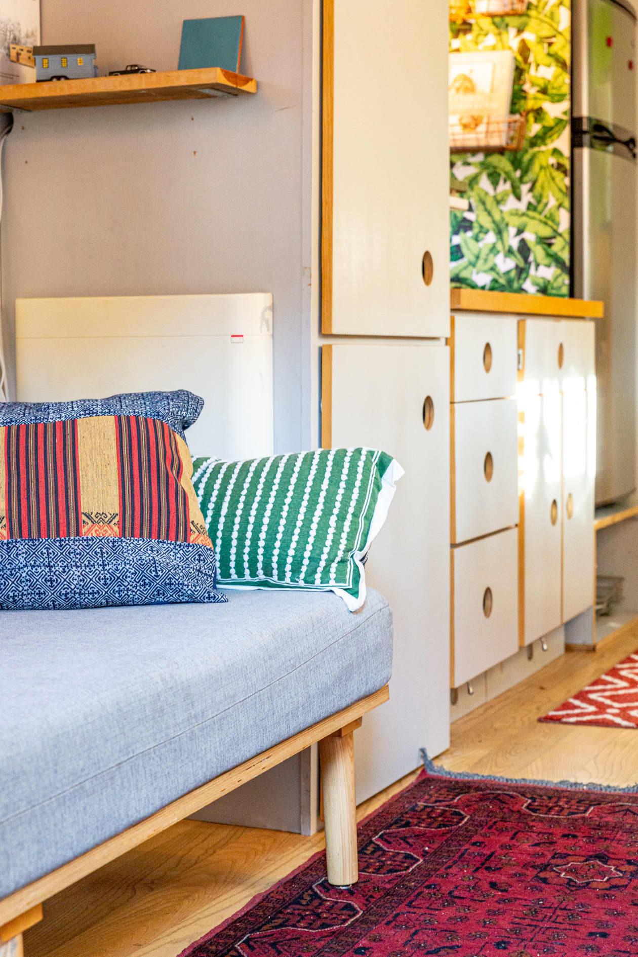 Thiết kế nhà nhỏ 44m2 theo phong cách Scandinavia, màu sắc tươi sáng lấy cảm hứng từ nghệ thuật truyền thống Mexico, dệt may, và gốm sứ tuyệt đẹp - Ảnh 6.