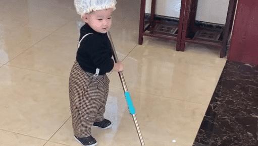 Hình ảnh bé 2 tuổi chăm chỉ làm việc nhà đốn tim cư dân mạng - Ảnh 1.